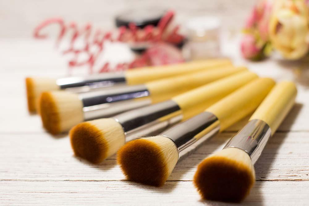 Кисть с бамбуковой ручкой bamboo brush flat top для минеральной косметики