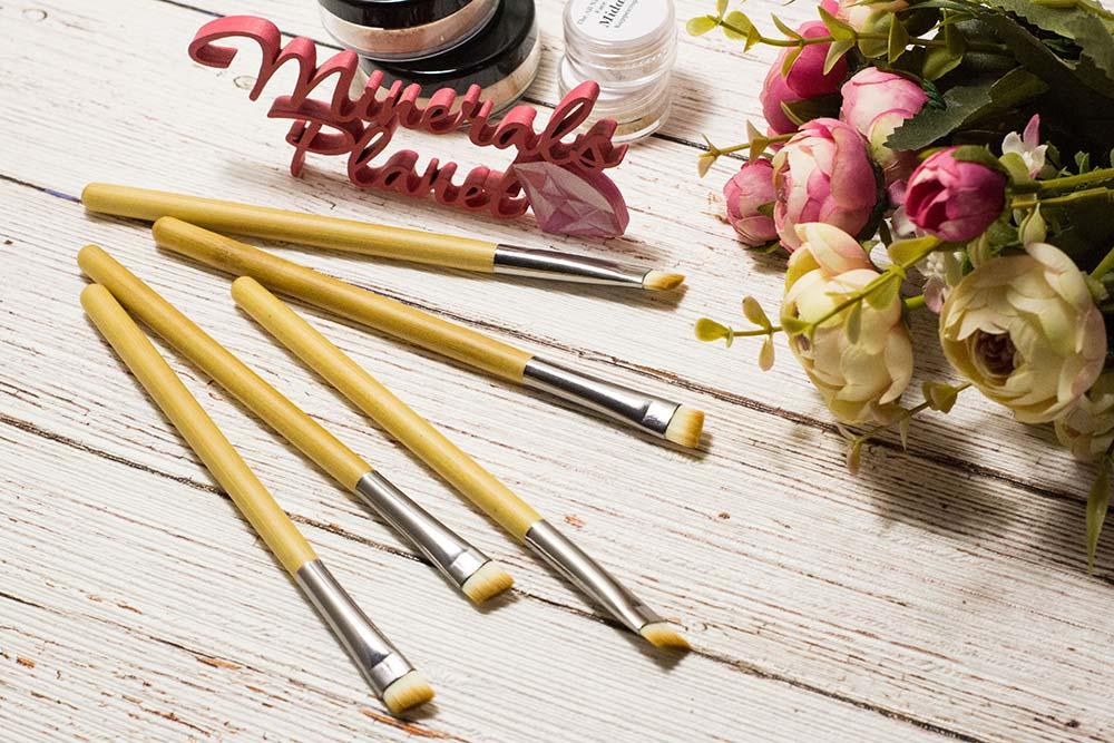 Кисть с бамбуковой ручкой bamboo brush angled для минеральной косметики